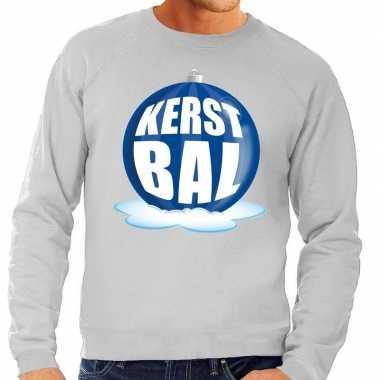 Foute feest kerst sweater met blauwe kerstbal op grijze sweater voor