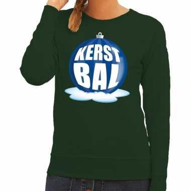 Foute feest kerst sweater met blauwe kerstbal op groene sweater voor