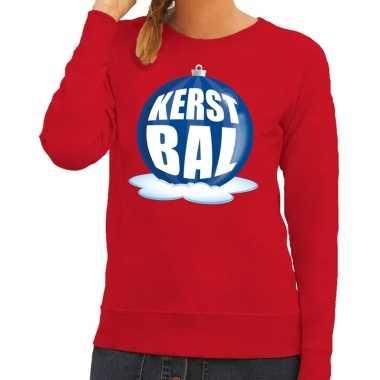 Foute feest kerst sweater met blauwe kerstbal op rode sweater voor da