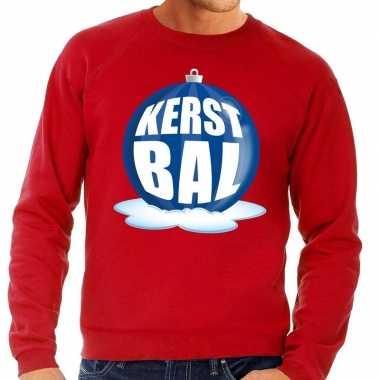 Foute feest kerst sweater met blauwe kerstbal op rode sweater voor he