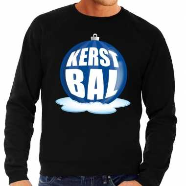 Foute feest kerst sweater met blauwe kerstbal op zwarte sweater voor