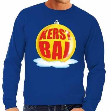 Foute feest kerst sweater met gele kerstbal op blauwe sweater voor he