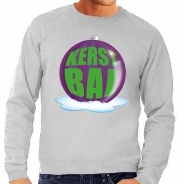 Foute feest kerst sweater met paarse kerstbal op grijze sweater voor