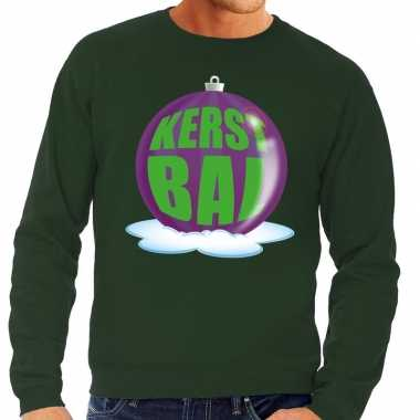 Foute feest kerst sweater met paarse kerstbal op groene sweater voor