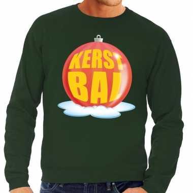 Foute feest kerst sweater met rode kerstbal op groene sweater voor he