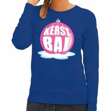 Foute feest kerst sweater met roze kerstbal op blauwe sweater voor da