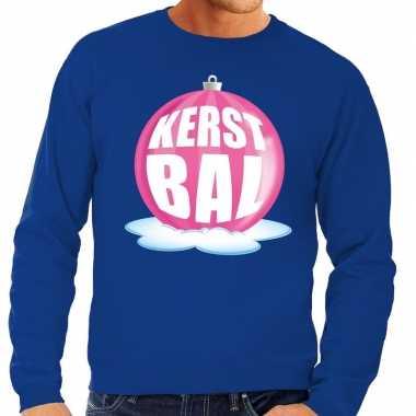 Foute feest kerst sweater met roze kerstbal op blauwe sweater voor he