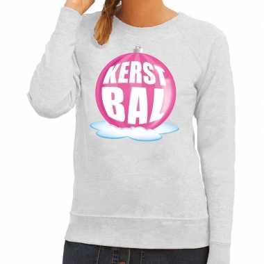 Foute feest kerst sweater met roze kerstbal op grijze sweater voor da