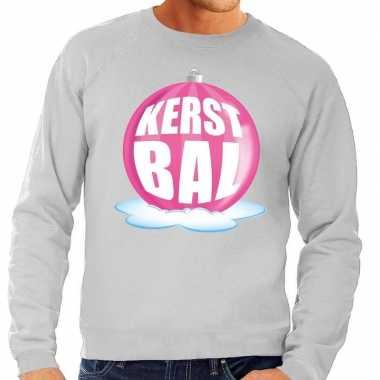 Foute feest kerst sweater met roze kerstbal op grijze sweater voor he