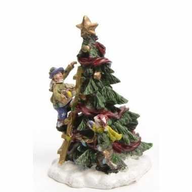 Kerstdorp kinderen met een kerstboom 9 cm type 1