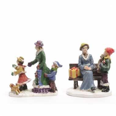 Kerstdorp maken figuurtjes moeder en kids