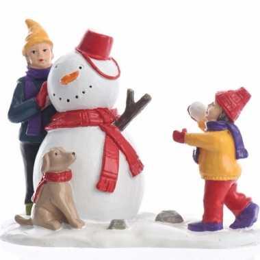Kerstdorp maken kinderen die een sneeuwpop bouwen 9 5 cm