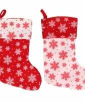 2x stuks rood witte kerstsokken met sneeuwvlokken print 40 cm