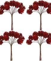 Kerststukje maken 4x bosje met 12 rode dennenappels