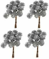 Kerststukje maken 4x bosje met 12 zilveren dennenappels